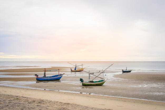 Velho barco de pesca de madeira na praia de hua hin
