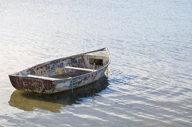 Velho barco em águas calmas