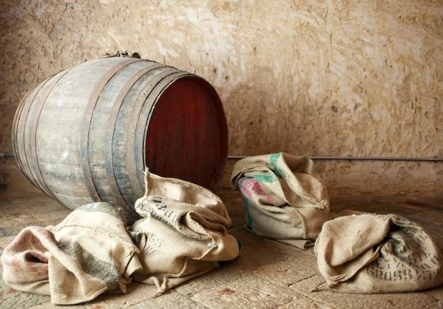 Velho barril com sacos de aniagem.