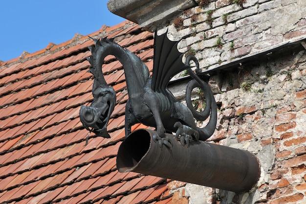 Velho cano de esgoto em forma de dragão closeup. Foto Premium