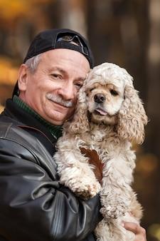 Velho com cachorro