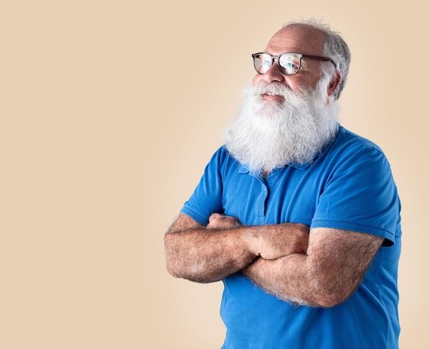 Velho com uma longa barba em um fundo pastel. sênior com barba branca.