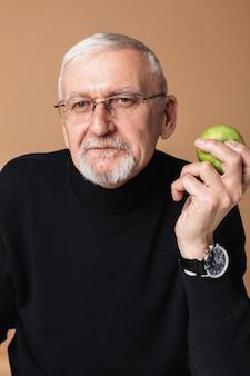 Velho comendo maçã retrato