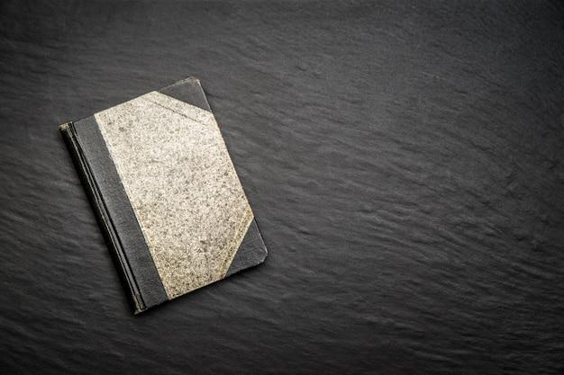 Velho diário em pedra preta