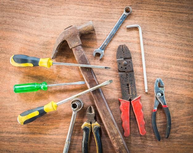 Velho e grunge conjunto de ferramentas de mão muitos no fundo do assoalho de madeira