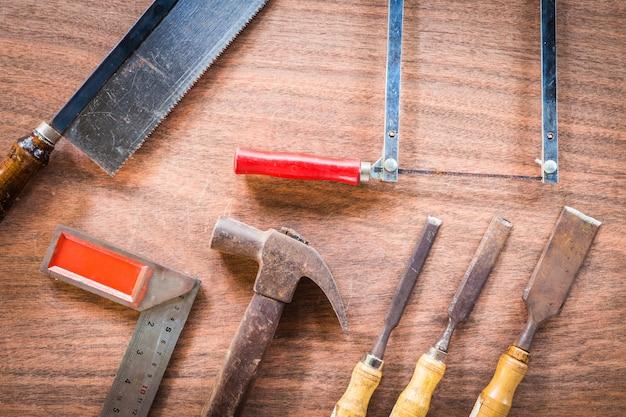 Velho e grunge conjunto de ferramentas de mão muitos para carpintaria em fundo de assoalho de madeira