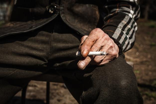 Velho fumando