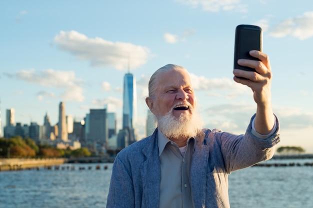 Velho healhy tirando uma selfie