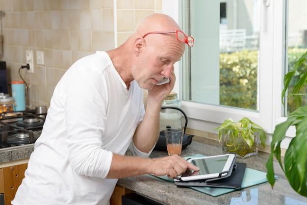 Velho homem com um tablet ipad