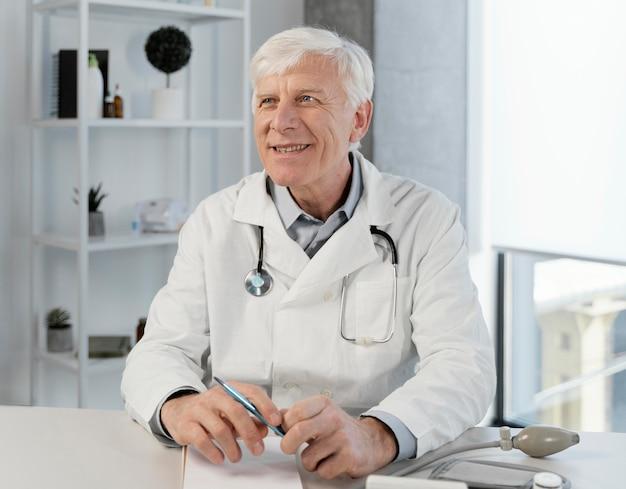 Velho médico em seu consultório