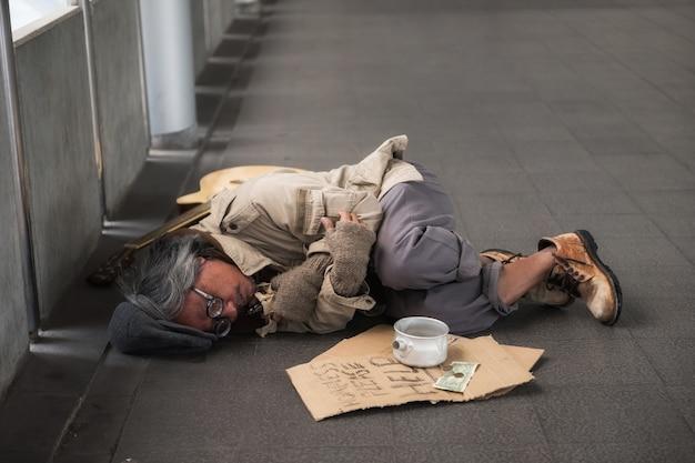 Velho mendigo doente ou mendigo na cidade