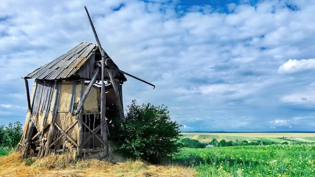 Velho moinho abandonado e quebrado