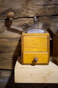 Velho moinho de café na mesa de madeira