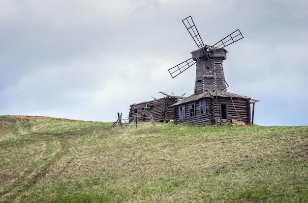 Velho moinho de vento de madeira