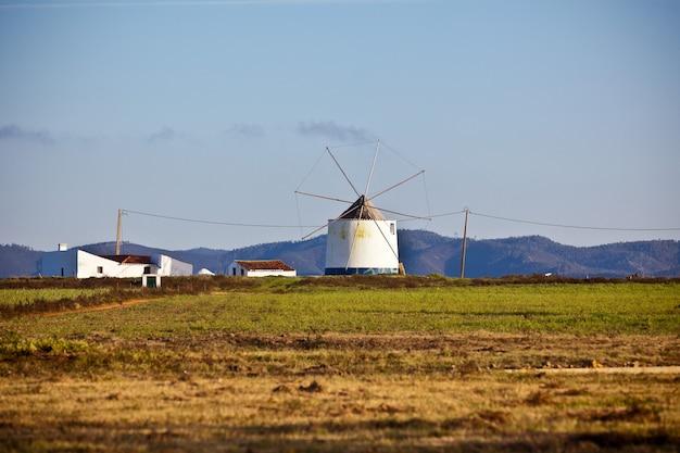 Velho moinho de vento em um campo