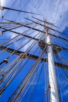 Velho navio mastro e vela cordas closeup