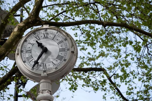 Velho relógio de uma praça