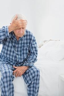 Velho sofrendo na cama