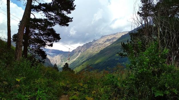 Velho teleférico nas montanhas