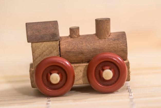 Velho trem de brinquedo de madeira vintage com fundo de madeira