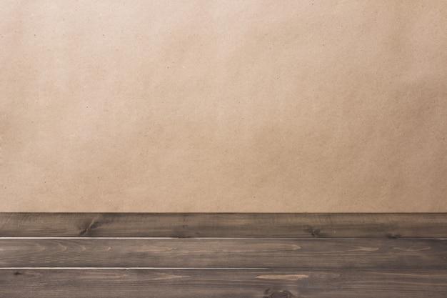 Velho vazio rústico grunge tampo da mesa de madeira contra um fundo desfocado marrom com copyspace