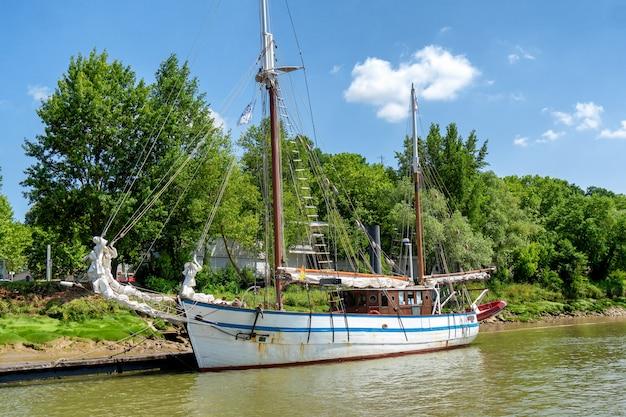 Velho veleiro ancorado no rio