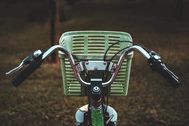 Velho, vintage, urbano bicicleta com uma cesta para passeios pela cidade.