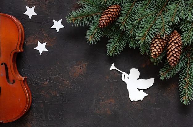 Velho violino e abeto ramos com decoração de natal.