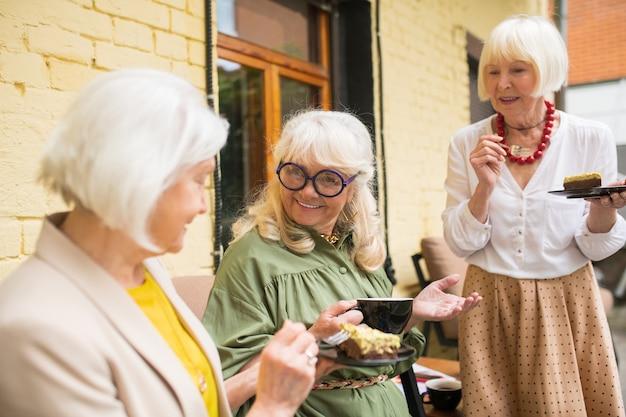 Velhos amigos juntos. velhos amigos se sentindo bem enquanto passam um tempo juntos tomando chá