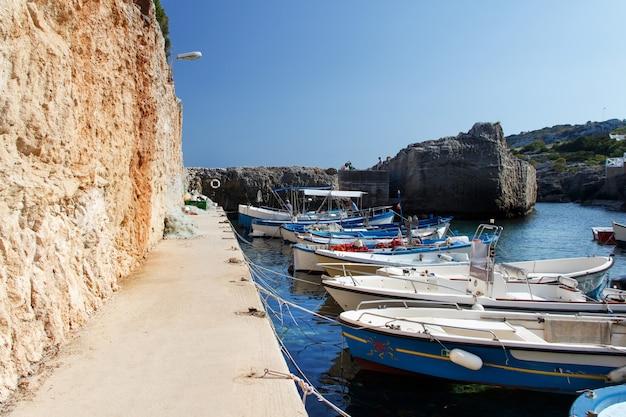 Velhos barcos de pesca em uma baía, sul da itália