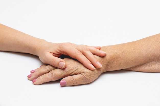 Velhos e jovens de mãos dadas