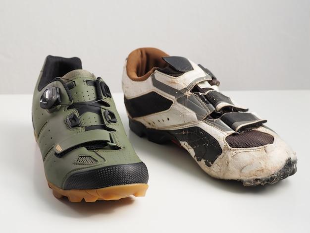 Velhos e novos sapatos de bicicleta.