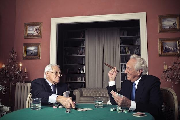 Velhos jogando jogos de cartas