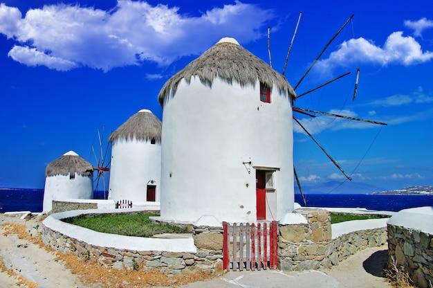 Velhos moinhos de vento tradicionais da ensolarada mykonos