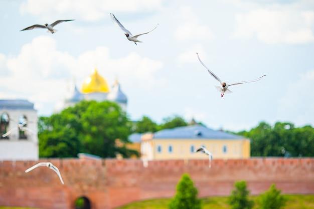 Veliky novgorod, rússia. kremlin de novgorod no rio volkhov