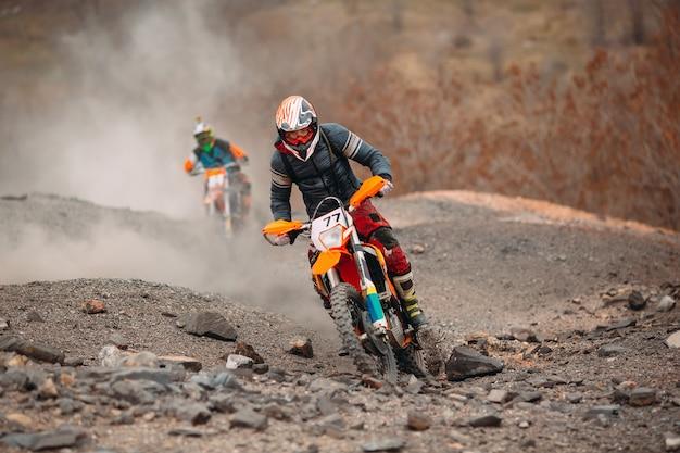Velocidade de corrida de moto de motocross e poder no esporte de homem extremo, conceito de ação do esporte