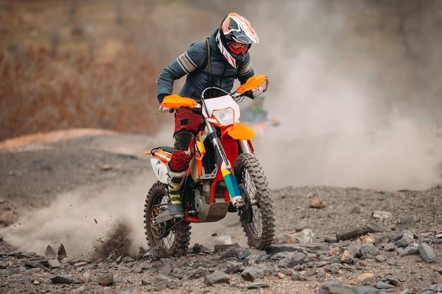 Velocidade de corrida de moto de motocross e potência no esporte extremo, conceito de ação esportiva