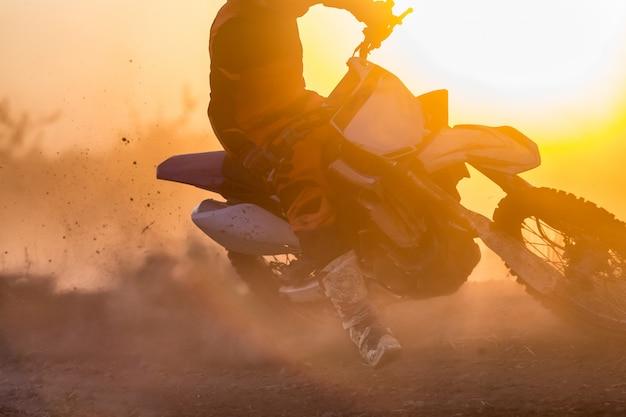 Velocidade de motocross de silhueta na pista