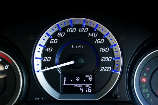 Velocímetro de carro moderno