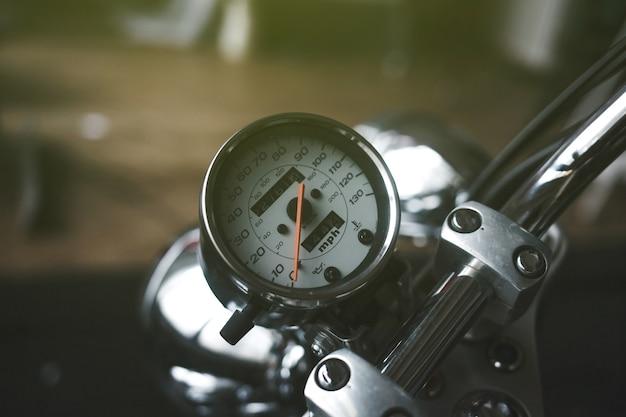 Velocímetro de cromo com detalhes de motocicleta vintage com números