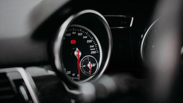 Velocímetro do carro moderno close-up. painel com velocímetro, tacômetro, hodômetro.