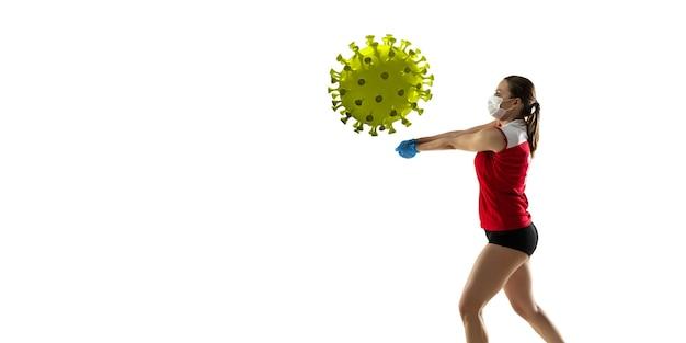 Vença a doença. desportista de voleibol chutando, socando coronavírus, conceito de proteção e tratamento. tratamento do vírus chinês. cuidados de saúde, medicina, esporte e atividade durante a quarentena. folheto.