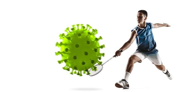 Vença a doença. esportista badminton chutando, socando coronavírus, conceito de proteção e tratamento. tratamento do coronavírus chinês. cuidados de saúde, medicina, esporte e atividade durante a quarentena. folheto. Foto Premium