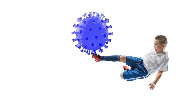 Vença a doença. esportista futebol chutando, socando coronavírus, conceito de proteção e tratamento. tratamento do coronavírus chinês. cuidados de saúde, medicina, esporte e atividade durante a quarentena. folheto.