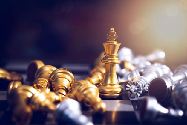 Vencedor do tabuleiro de xadrez, rei da vitória dourada ganha em competição de negócios bem-sucedidos