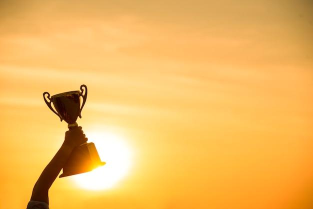 Vencedor ganhar segurando o campeão de ouro troféu copa prêmio