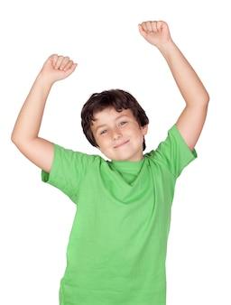 Vencedor menino com t-shirt verde isolado em um fundo branco