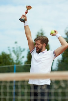 Vencedor na quadra de tênis