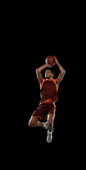 Vencedora. treinamento de jovem jogador de basquete decidido