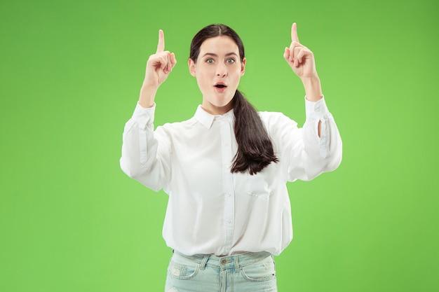 Vencendo o sucesso mulher feliz em êxtase, comemorando ser um vencedor. imagem dinâmica energética feminina